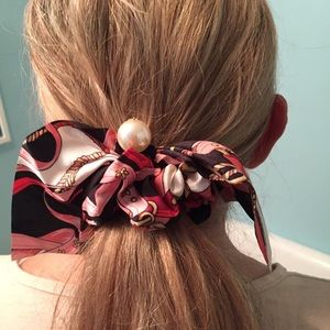 NAVY HAIR SCRUNCHIE WITH A PEARL